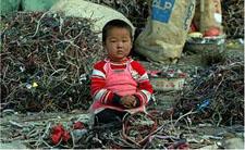 Kineski dječak među ostacima elektroničkog otpada (foto: Greenpeace)