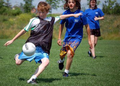 Djeca igraju nogomet ( Foto: commons.wikimedia)