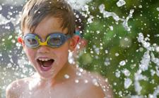 Dječak se igra s vodom (foto: FreeDigitalPhotos)