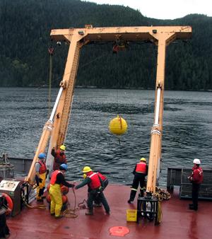 Rad na kanadskom istraživačkom brodu, spuštanje instrumenata u more