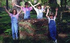 Ponosne djevočice koje su same napravile kompost (foto: Aggie-horticulture.tamu.edu)